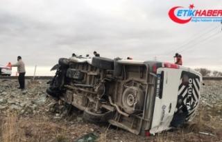 Aksaray'da işçi servisiyle otomobil çarpıştı:...