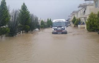 Antalya'da sağanak nedeniyle evlerinde mahsur...