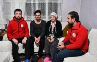 Depremzedeleri kurtaran Suriyeli gencin ailesine kavuşması...