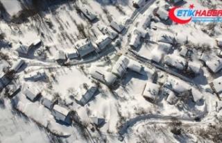Domaniç eteklerinde 3 metreye ulaşan kar yaşamı...