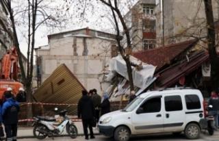 Sakarya'da bina çöktü, işçiler bina altına...