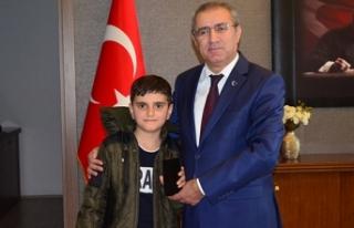 Türkiye'nin konuştuğu simitçi çocuğa kaymakam...