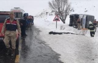 Erzurum'da yolcu midibüsü devrildi: 1 ölü,...