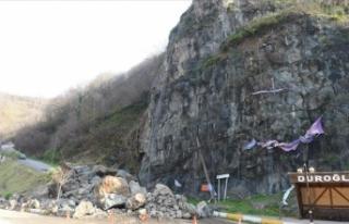 Giresun'da heyelan sonucu kaya parçaları yolu...