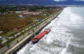 Hatay'da karaya oturan kargo gemisi kurtarıldı