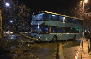 Kartal'da özel halk otobüsü duraktaki yolculara...