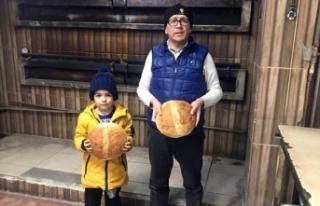 Köy ekmeğini bir yıldır zam yapmadan satıyor