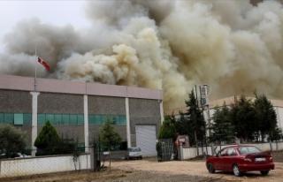 Manisa'da plastik fabrikasında çıkan yangın...