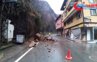 Otomobil yamaçtan kopan kayalardan kıl payı kurtuldu