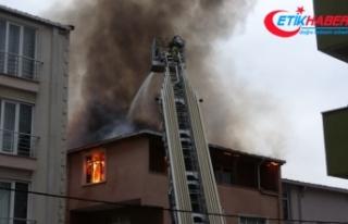Sancaktepe'de binanın çatı katı alevlere teslim...
