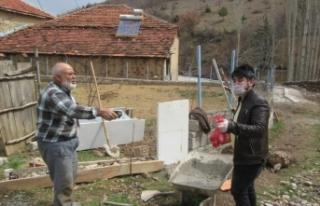 Köyün yaşlılarının ihtiyaçlarını muhtarın...