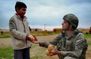 Mehmetçik ekmeğini Tel Abyadlılar ile paylaşıyor