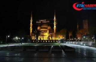 İstanbul'da iftarda dolup taşan meydanlar boş...
