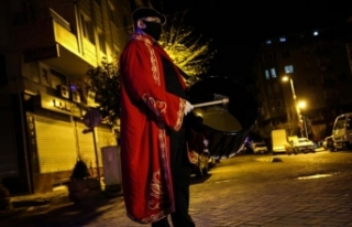 İstanbul'da ramazan davulcuları maske takarak...