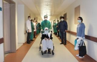 Korona virüsü yenen 75 yaş üstü 3 hasta alkışlarla...
