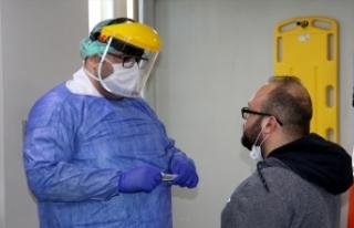 Koronavirüsü yenen doktor alkışlarla görevine...