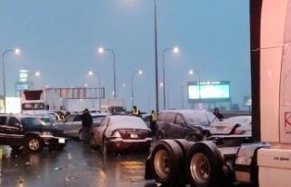 Zincirleme trafik kazasında yaklaşık 60 araç birbirine...