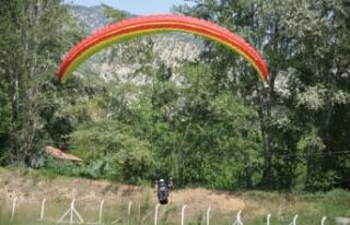 19 Mayıs kutlamalarında gökyüzünü yamaç paraşütçüleri...
