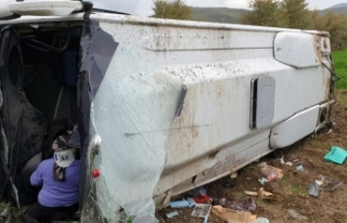 Afyonkarahisar'da otobüs tarlaya devrildi: 16 yaralı