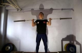 Dünya şampiyonu halterci, kapıcı dairesinde hazırlıklarını...