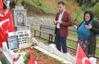 Şehit Eren Bülbül'ün annesi, hediye çiçeklerini...