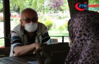 65 yaş üstü vatandaşlar sokakta