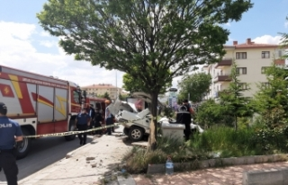 Ankara'da otomobil otobüs durağına daldı: 1...
