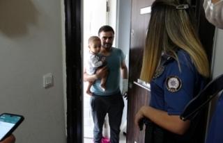 Annelerini odaya kilitleyip evden çıkan küçük...