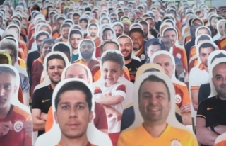 Galatasaray, karton taraftarları tribünlere yerleştirmeye...