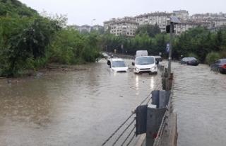 İstanbul'da göle dönen yolda araçlar mahsur...