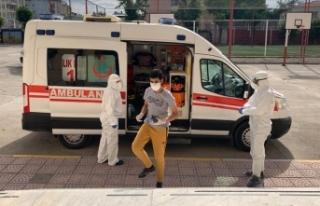 Kovid-19 tedavisi gören gençler ambulanslarla sınav...
