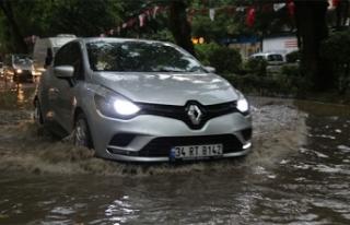 Sağanak yağışın vurduğu Kocaeli'de caddeleri...