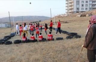 TVF, lastiklerden yaptıkları sahada voleybol oynayan...