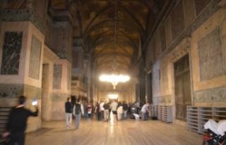 Ayasofya Camii'nde ziyaretçi yoğunluğu gece de...