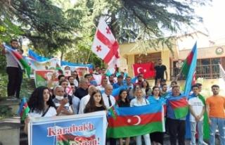 Azerbaycan'ın Tiflis Büyükelçiliği önünde...