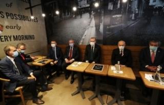 Erdoğan ve Bahçeli Fatih'te bir kafede çay içti