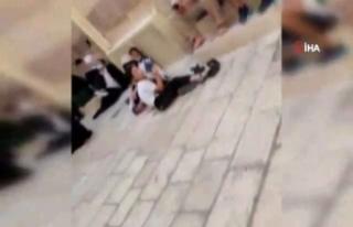 İsrail polisi Mescid-i Aksa'da 5 Filistinli genci...