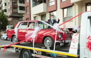 Klasik otomobili yıpranmasın diye çekici üzerinde...