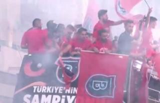 Sahada Başakşehir, tribünlerde Fenerbahçe şampiyon