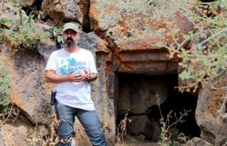 3 bin yıllık kaya mezarlarında yaşamlarını sürdüren...