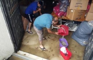 Arnavutköy'de yağış nedeniyle iş yerlerini...