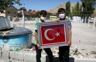 Çöpteki Türk bayraklarını temizleyip asan çocukların...