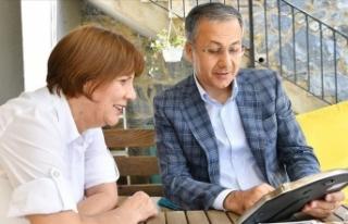 İstanbul Valisi Ali Yerlikaya ilkokul öğretmenini...