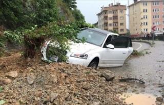 Rize'de yağmurla kayan toprağın altına aldığı...