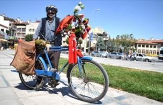 Bayrak ve çiçeklerle süslediği 'yol arkadaşı'nın...