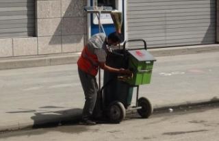 Çöp arabasını özenle temizleyen temizlik işçisi...