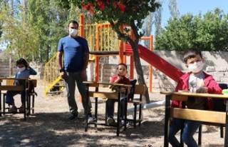 Köy okulu öğretmeni öğrencileri için bahçeyi...