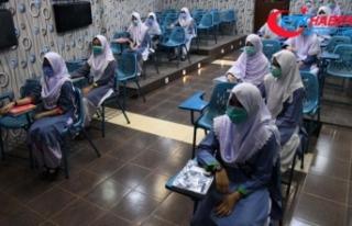 Pakistan'da 6 ay sonra okullar yeniden açıldı