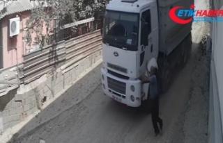 Yokuş aşağı giden kamyonu durdurmak istedi, başarılı...