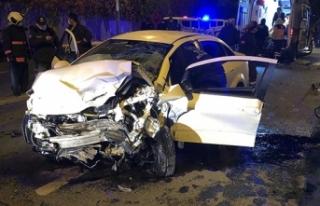 Ankara'da 2 araç kafa kafaya çarpıştı: 1'i...